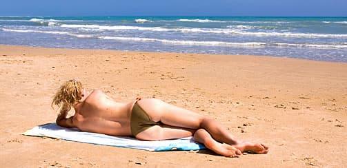 Те кто голые на пляже мило.))